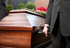 """Zasiłek pogrzebowy, odprawa pośmiertna. Polaków nie stać na """"porządny"""" pochówek"""