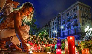 Znicze i kwiaty w miejscu zamachu terrorystycznego w Barcelonie
