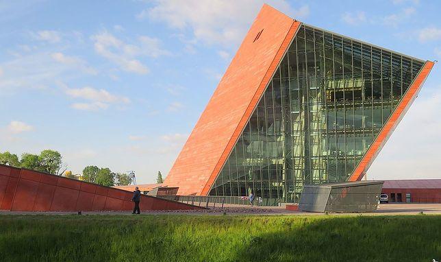 Muzeum II Wojny Światowej zostało otwarte 23 marca 2017 roku. Od samego początku krytykowane jest przez obóz rządzacy