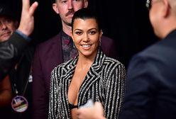 Kourtney Kardashian: w balowej sukni gotuje herbatę