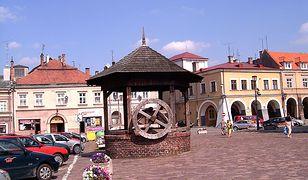 Kamienica Rydzikowska widoczna po prawej stronie studni