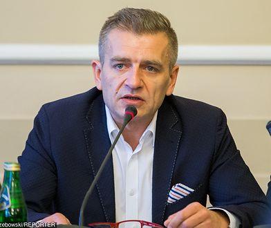"""Bartosz Arłukowicz pomógł pasażerowi samolotu, który był w """"złej kondycji"""""""