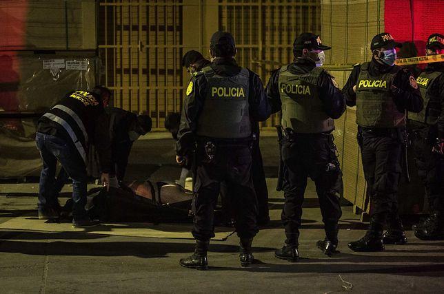 Koronawirus. Policja przed wejściem do klubu