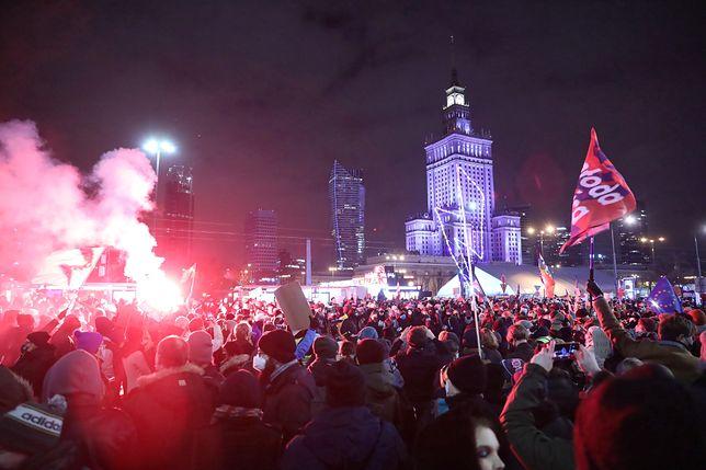 Strajk Kobiet. Przepychanki z policją i gaz na proteście w Warszawie