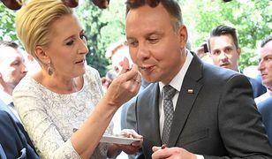 Prezydent Andrzej Duda karmiony przez żonę