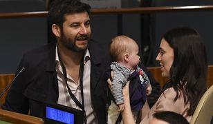 Na zdjęciu widać 3-miesięczną Neve, siedzącą wraz z rodzicami w siedzibie ONZ.