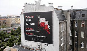 Plakat z błędem wisi na kamienicy w Szczecinie