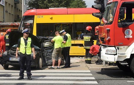 Tramwaj nie zahamował na przystanku: trzy osoby ranne