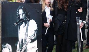 Vicky z dziećmi na pogrzebie męża
