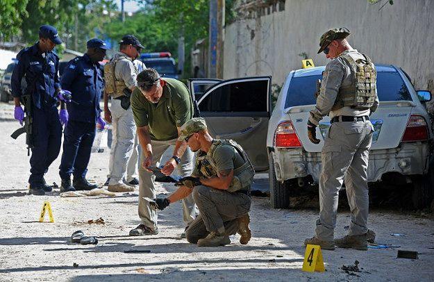 Śledczy badają miejsce, w którym doszło do zamachu bombowego na somalijską dziennikarkę