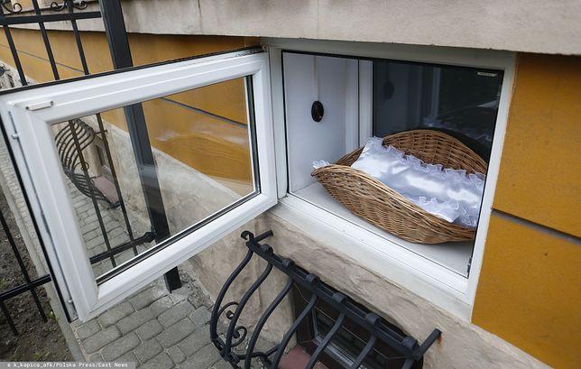 Dziecko, które trafiło do okna życia, zostało przewiezione do szpitala na badania