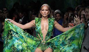 J.Lo w sukience w tropikalny wzór