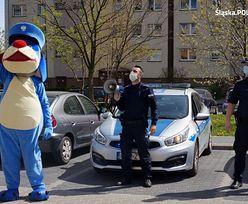 Żory. Policjanci z urodzinową wizytą u 6-latka na kwarantannie