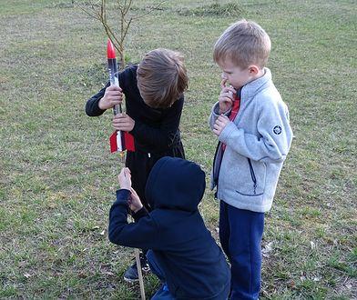 """Modelarstwo rakietowe to nie """"rocket science"""" - to fajne zajęcie nawet dla dzieciaków (pod nadzorem dorosłych)."""