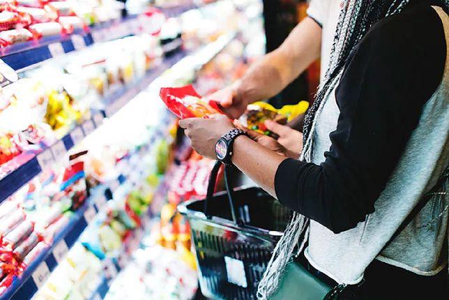 Sprawdzanie terminu przydatności kupowanych produktów jest obecnie koniecznością