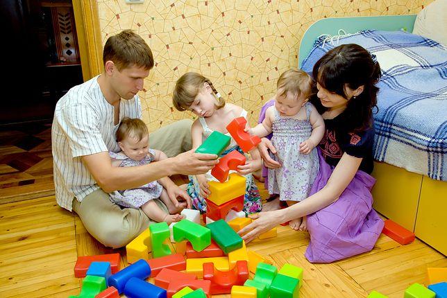 """Zmian w sztandarowym programie PiS """"Rodzina 500+"""" miało nie być, ale ta propozycja resortu pracy dotknie ok. 46 tys. dzieci"""