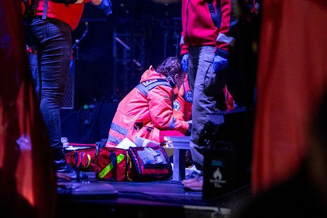 Lekarze udzielają pomocy rannemu Pawłowi Adamowiczowi