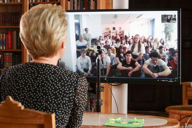 Koronawirus w Polsce. KPRP udostępniło zdjęcia z rozmowy Pierwszej Damy z młodzieżą.
