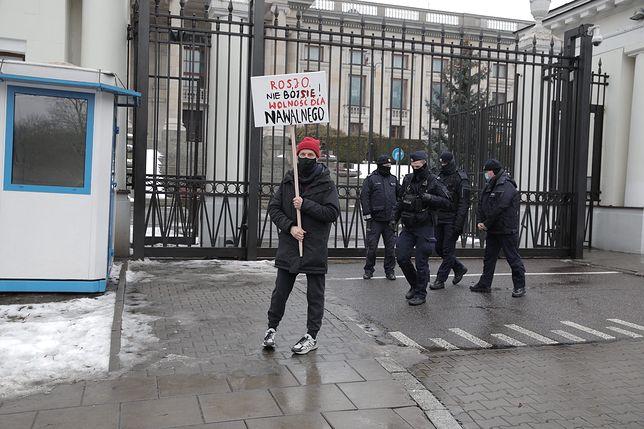 Warszawa. Reżyser protestuje pod ambasadą Rosji