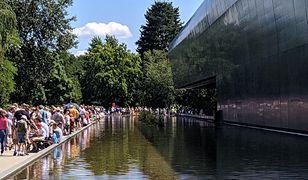 Kolejka przed największą atrakcją wrocławskiego zoo - Afrykarium.
