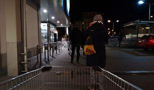 Kolejka do Lidla na ul. Kasprowicza w Warszawie; kilka minut po 1 w nocy