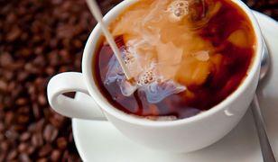 Ciepła filiżanka podnosi walory smakowe kawy