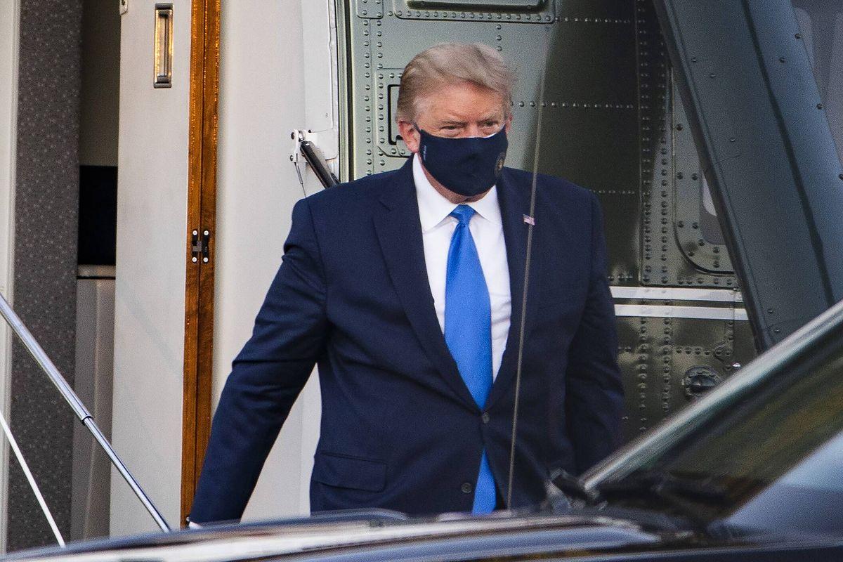 Wybory w USA. Donald Trump wysiada z helikoptera Marine One po tym, jak potwierdzono u niego zakażenie koronawirusem