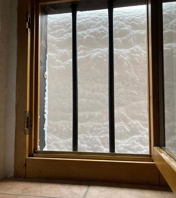 Ok. 2 metry śniegu spadły podczas jednej nocy w Casera Caviazza w prowincji Belluno we Włoszech
