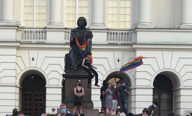 Protesty w Warszawie po decyzji ws. aresztu dla aktywistki. Tęczowa flaga na pomniku Mikołaja Kopernika