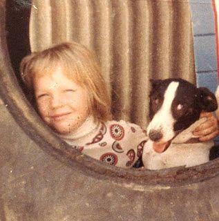 Mały Julian ze swoim psem o imieniu Possum — zdjęcie pochodzi z archiwów rodzinnych jego matki.