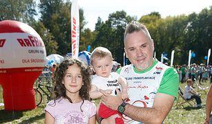 Szymon Wydra pozuje do zdjęć z dziećmi. Podobne do sławnego taty?