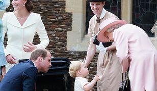 Brytyjska rodzina królewska: księżna Kate, książę William, książę George, królowa Elżbieta, a także niania Maria Teresa.