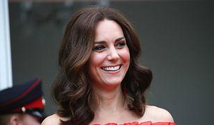 Księżna Kate odkrywa ramiona na garden party. Nie można oderwać oczu!