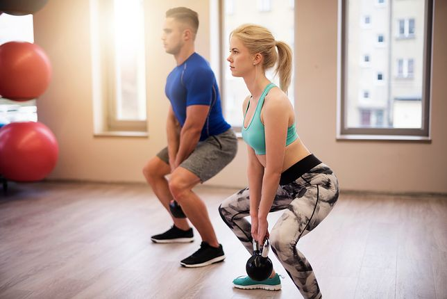 Przysiad sumo wzmacniają mięśnie wewnętrznej strony ud.