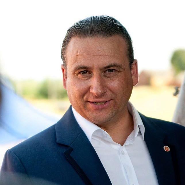 Ten burmistrz zaskoczył całą Polskę. Położył drogę z... gumy