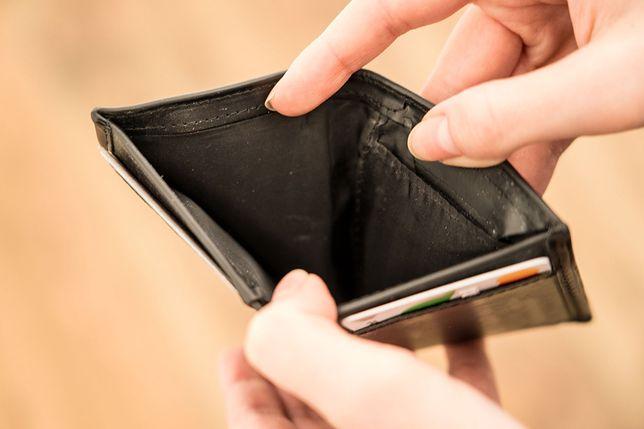 Trudno zgromadzić oszczędności, jeżeli życie codzienne pochłania większość pensji.