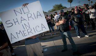 """""""Nie dla szariatu w Ameryce"""" - antyislamski protest w Phoenix w Arizonie, 2015 r."""