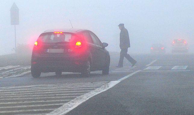 Mgły mogą utrzymać się do południa i znacznie ograniczyć widoczność na drogach