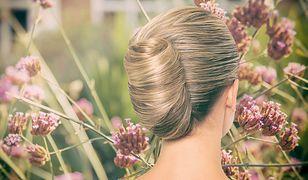 Kok francuski to ciekawa propozycja fryzury na wesele z włosów średniej długości.