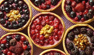 Prozdrowotna fioletowo-niebieska uczta z warzyw i owoców