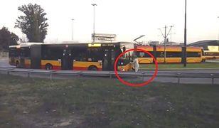 """Nietypowy """"marsz"""" na ulicach Warszawy. Blokował autobus własnym ciałem"""