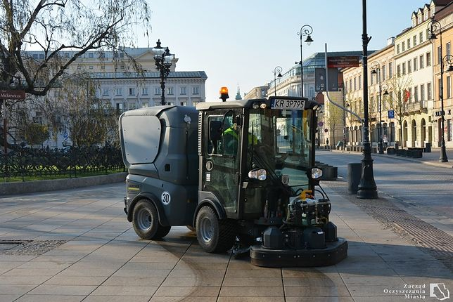 Warszawa. Mycie Krakowskiego Przedmieścia za pomocą szorowarki
