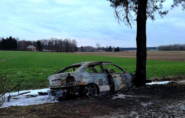 Auto spłonęło doszczętnie