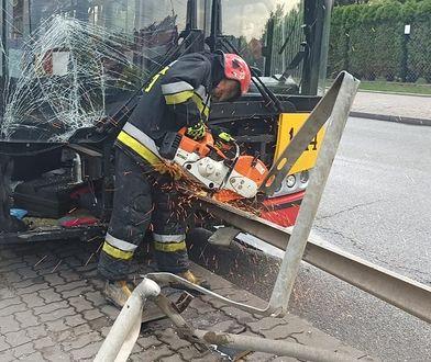 Warszawa. Bariera energochłonna przebiła autobus. Wbiła się na osiem metrów