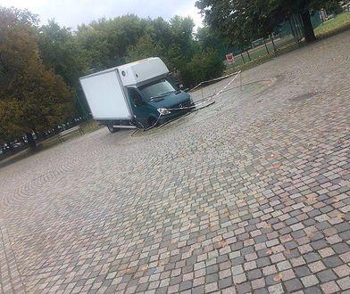 Furgonetka wjechała do fontanny. Wcześniej był tam piknik Koalicji Obywatelskiej