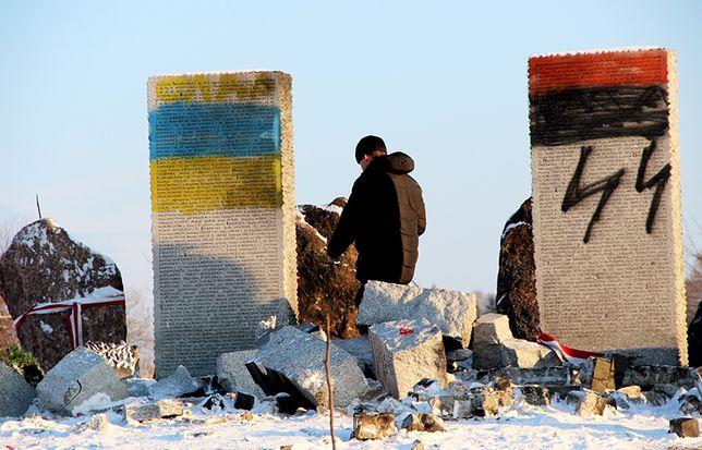 Zdewastowany pomnik upamiętniający Polaków w Hucie Pieniackiej na Ukrainie.