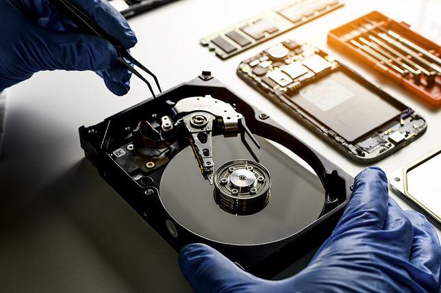 Kosztownego odzyskiwania plików można uniknąć korzystając z OneDrive. To nie tylko przechowalnia plików w chmurze, ale w razie utraty sprzętu czy np. ataku, który zablokuje dostęp do danych – można dostać się do nich, czyli OneDrive z dowolnego innego urządzenia podłączonego do sieci.