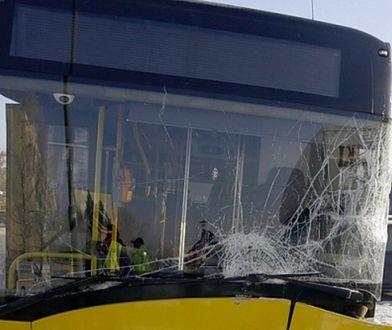 Warszawa. Wypadek na Bemowie. Autobus uderzył w latarnię