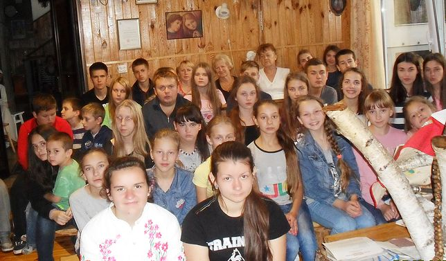 Dzieci biorące udział w obozie letnim