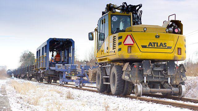 Śląsk. Na odbudowywanej linii kolejowej do lotniska w Pyrzowicach pojawił się ciężki sprzęt.